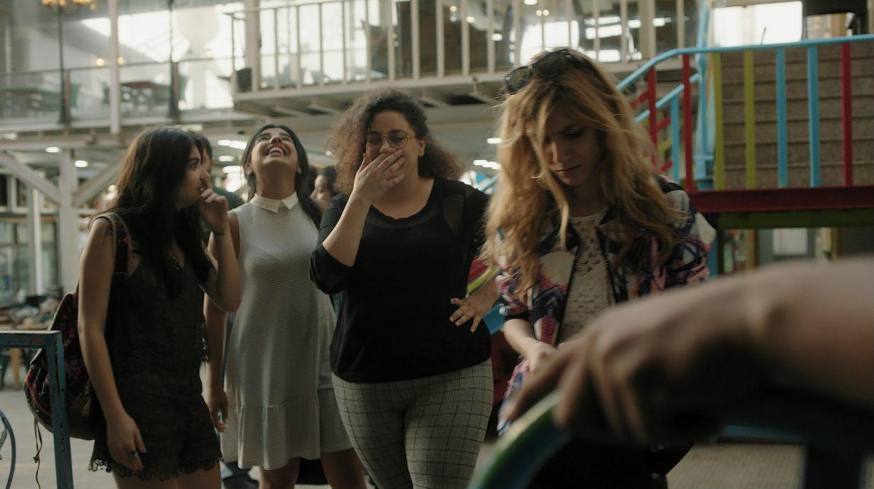 Neljä libanonilaista tyttöä menee maailmanpyörään piristääkseen eronnutta ystäväänsä.