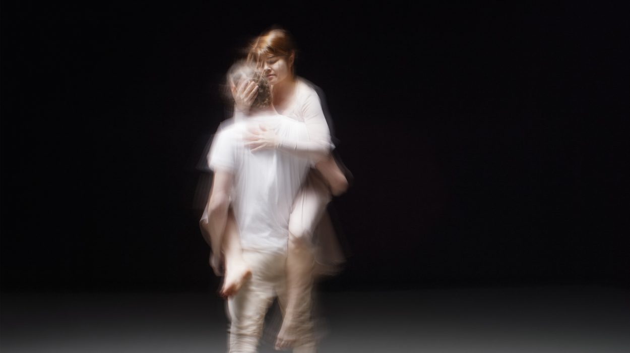 Tanssillinen elokuva Jaettu rakkaustarina käsittelee rakkautta ja ihmissuhteita polyamorian näkökulmasta.