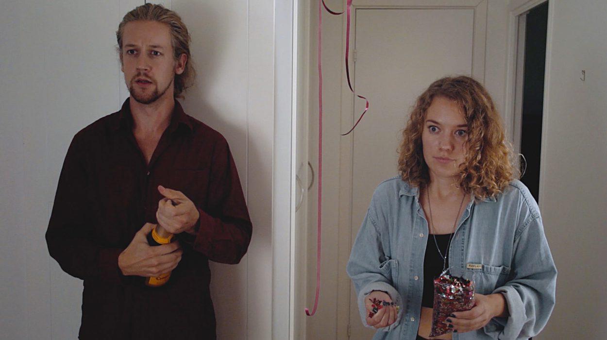 Yllätys paljastuu kun veli esittelee uuden tyttöystävänsä siskolleen.