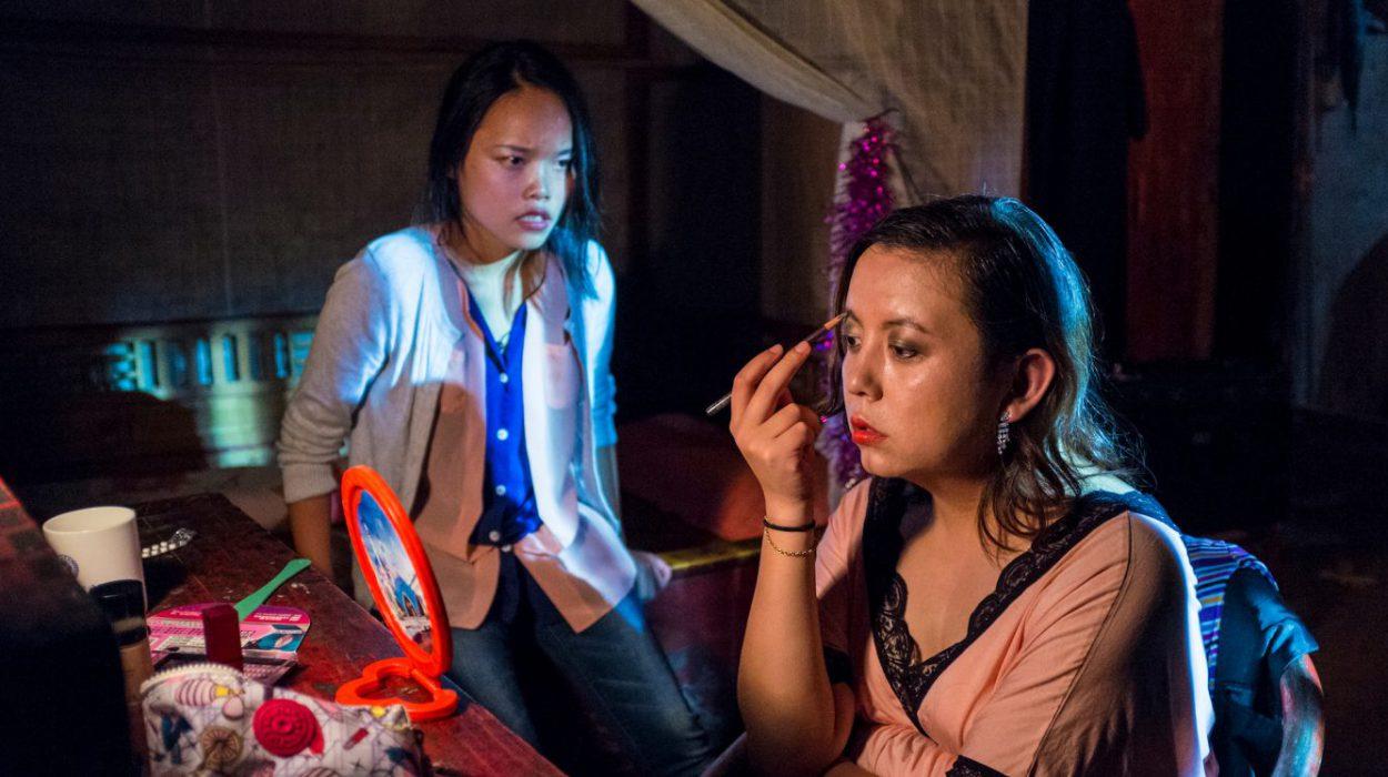 """Transsukupuolinen kiinalaisnainen saa tiedon äitinsä kuolemasta. Ainoana """"poikana"""" hän tuntee velvollisuudekseen palata syntymäpaikkaansa vuorille, vaikka hän joutuu piilottamaan todellisen minänsä perheeltään ja ystäviltään."""