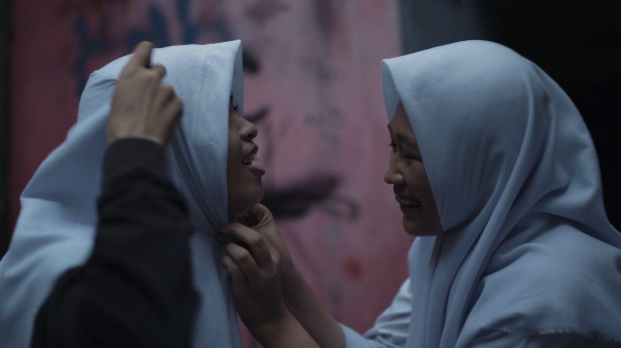 Isfi voi pukeutua mukaviin housuihinsa ollessaan kaveriensa seurassa, mutta joutuu käyttämään hijabia ystävänsä Nitan kotona. Kaksi päivää ennen Nitan syntymäpäivää Isfi valmistelee täydellistä lahjaa.