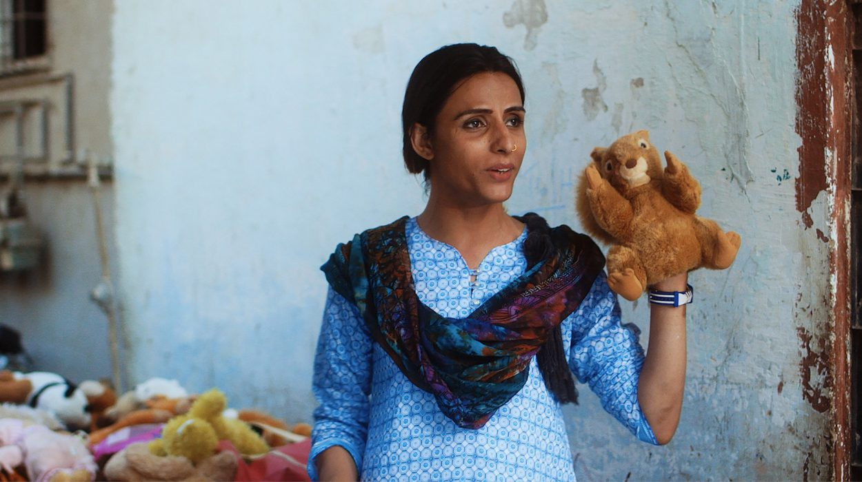 Hyljeksitty pakistanilainen transnainen ottaa asiakseen pitää huolta hylätystä vauvasta.